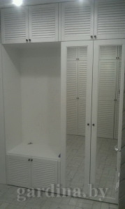 шкаф белый с жалюзийными дверцами