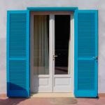 синие жалюзийные дверцы
