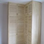 угловой шкаф с дверями из деревянных жалюзи