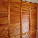 деревянный шкаф с окрашенными жалюзийными дверками