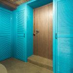 бирюзовый крашеный шкаф с деревянными дверками-жалюзи
