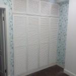 шкаф с дверцами жалюзийными белый